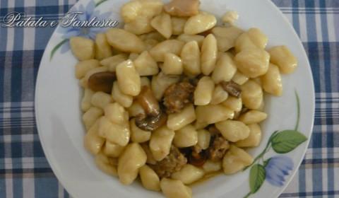 Gnocchi di patate con salsiccia e funghi porcini