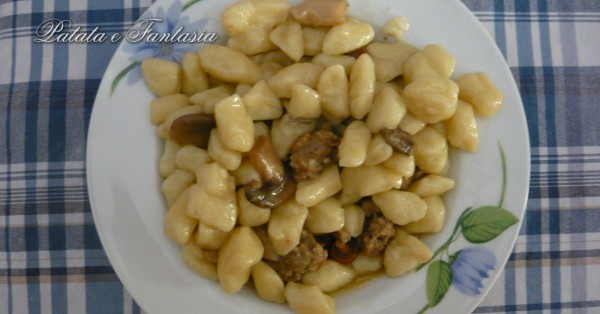 gnocchi-di-patate-con-salsiccia-e-funghi-porcini-evidenza-1200x627