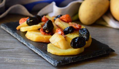 Patate, pomodorini e olive nere al forno