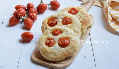 Focaccine di patate con pomodorini