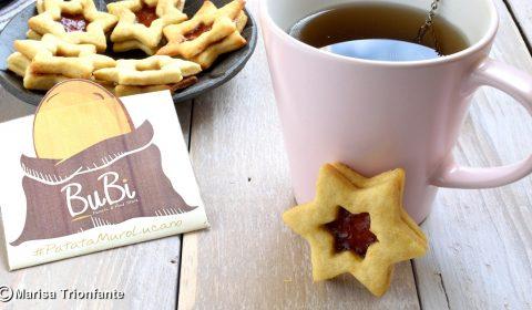 Biscotti a stella con cuore di marmellata